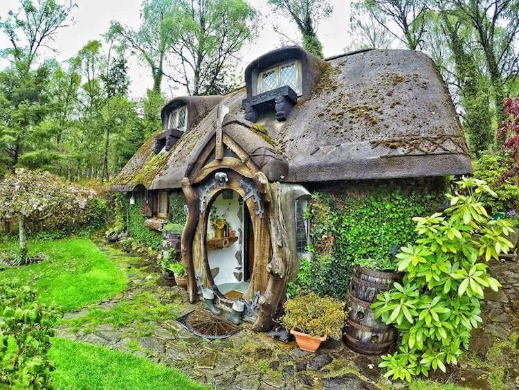 Снаружи дом практически полностью покрывает мох.