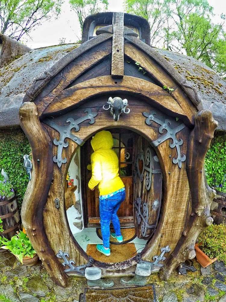 В вестибюль ведет большая круглая дверь, как и положено в настоящей хоббитской норе.
