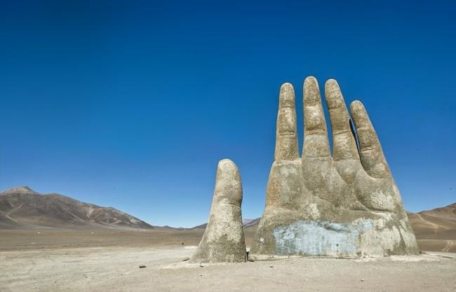 © AFP/EAST NEWS  Впустыне Атакама насевере Чили из-под земли торчит огромная 11-метровая рук