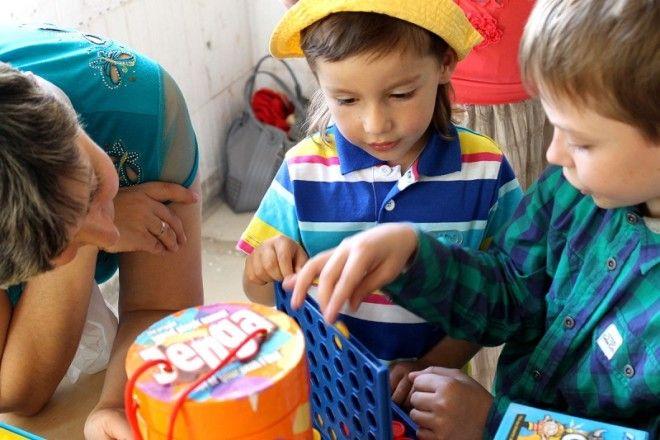 Каждый день привлекай ребенка к домашним делам. Пусть уберет игрушки, разберет сумки с продуктами, п