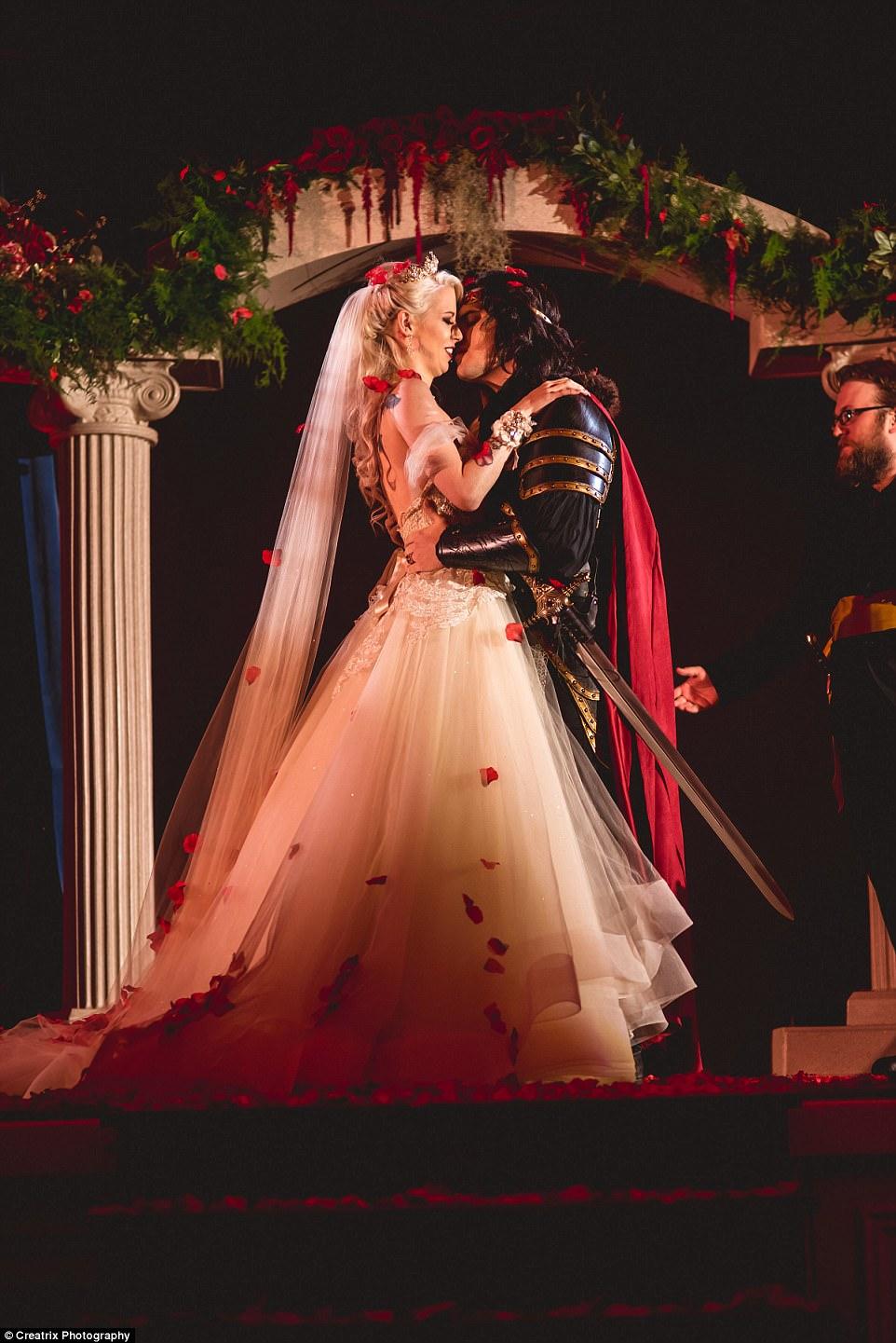 И смерть не разлучит: пара, помешанная на вампирах, устроила свадьбу за 120 тысяч долларов (28 фото)