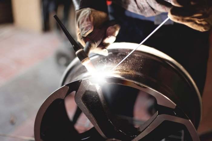 Ремонт колесного диска.   Фото: okuzove.ru. Параллельная парковка может стать опасным занятием для л