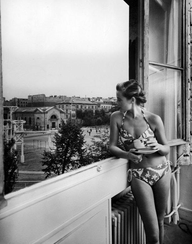 18. Французская модель Кристиан Ричард в бикини за утренним кофе, 1950 г. (Nat Farbman—Time & Life P