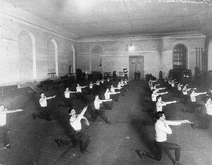 Члены Общества телесного воспитания Богатырь выполняют гимнастические упражнения. 1911
