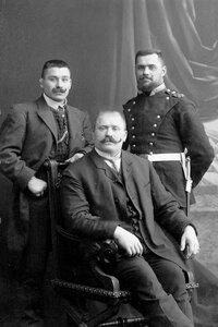 Чемпион мира по классической борьбе Иван Поддубный (сидит в центре) со своими братьями.