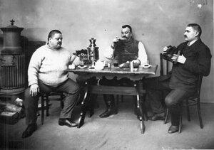 Группа участников чемпионата в домашней обстановке
