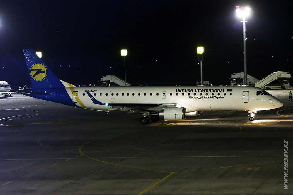 Embraer_ERJ-190_UR-EMC_Ukraine_International_Airlines_1.JPG