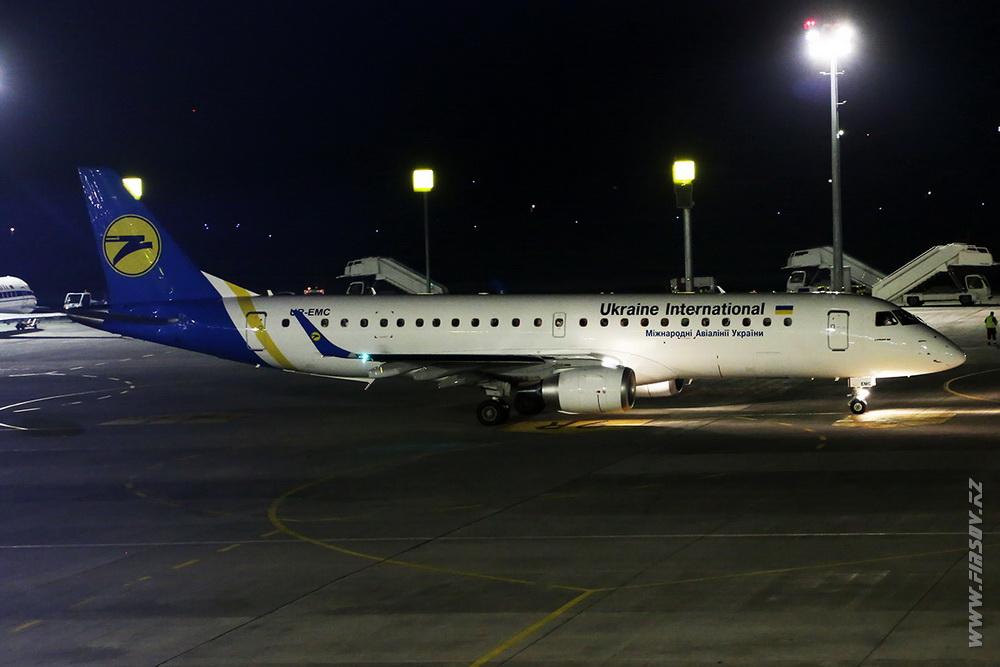 Embraer_ERJ-190_UR-EMC_Ukraine_International_Airlines_1.JPG