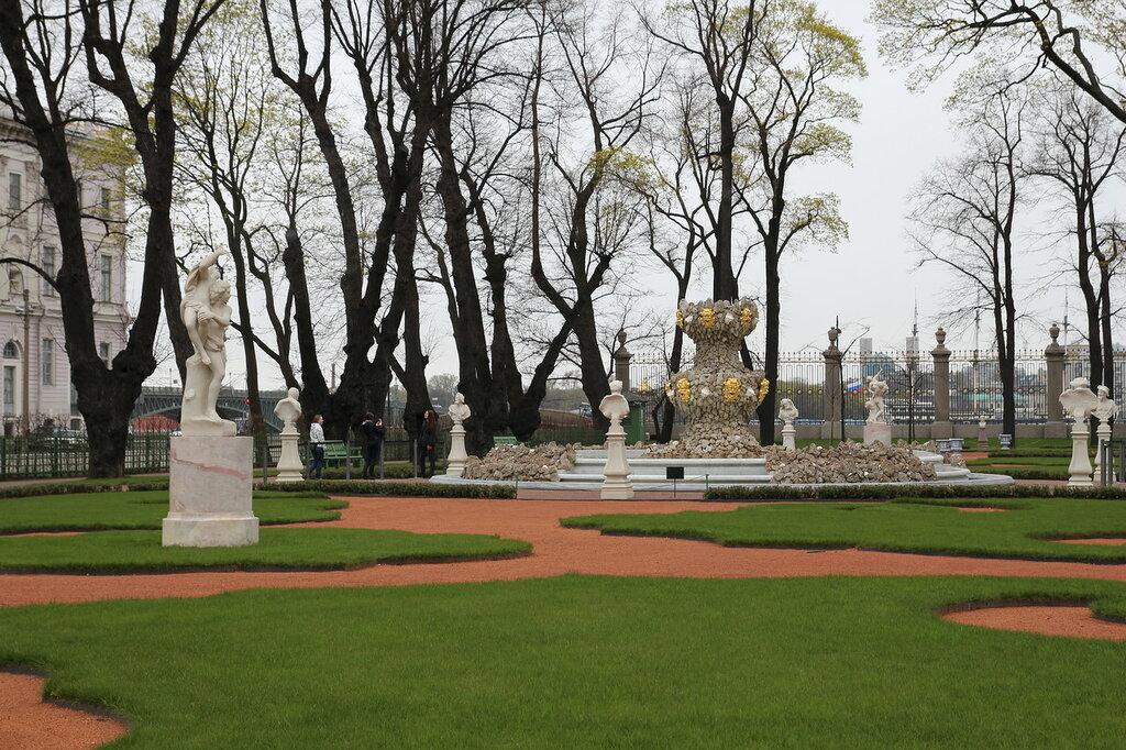 Фонтан «Коронный» (фундаменты) (Санкт-Петербург, большой партер у Лебяжьего канала).JPG