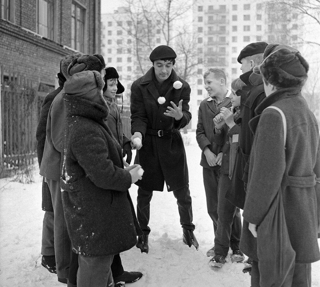 631948 Леонид Енгибаров жонглирует снежками перед детьми 65 Валерий Шустов, РИА Новости.jpg