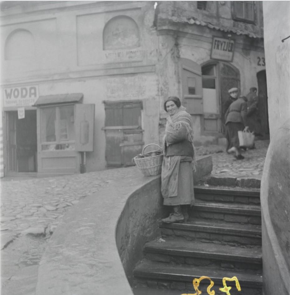 Продажа хлебобулочных изделий на древней городской стене