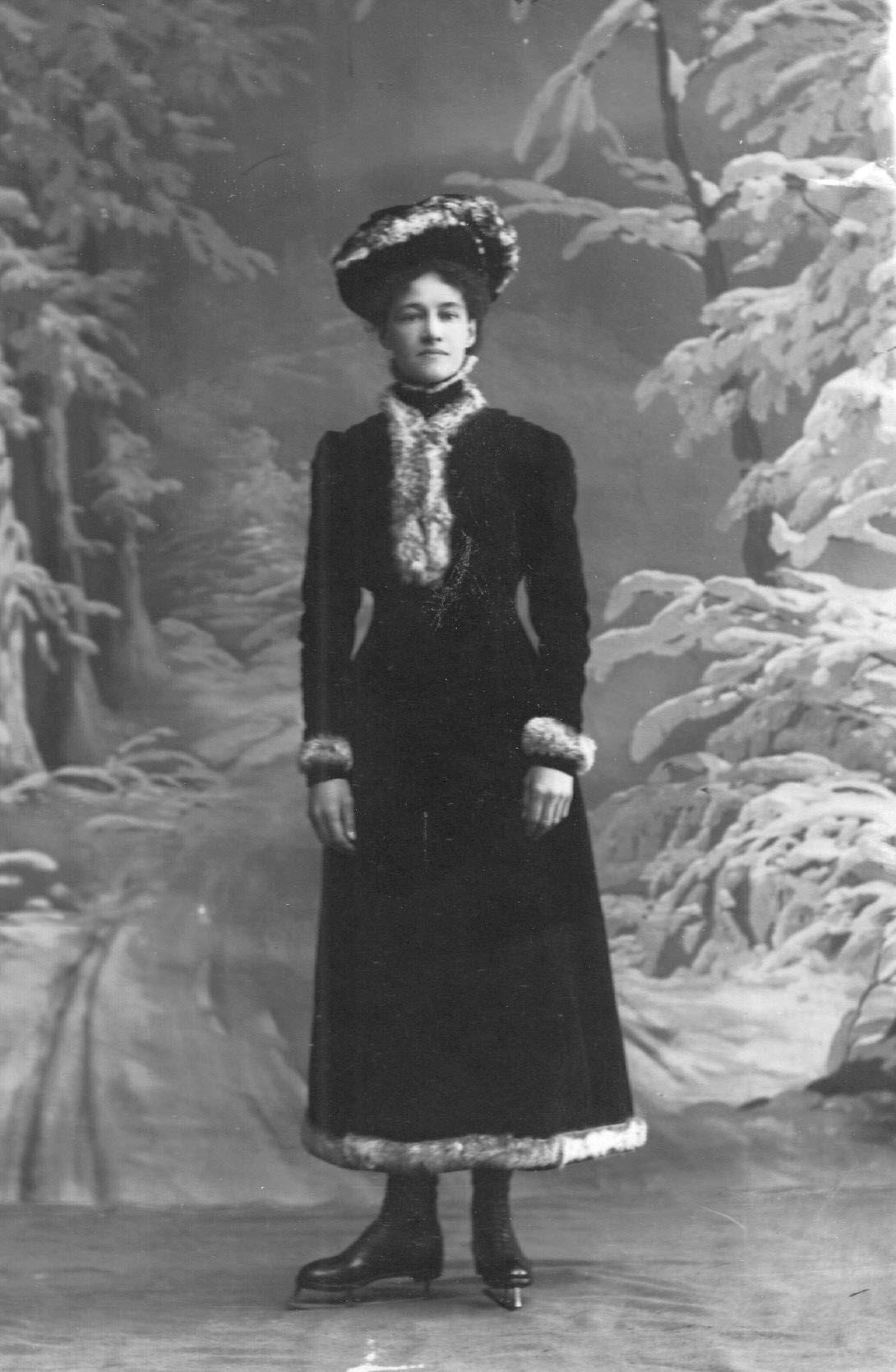 Л.Попова - член Петербургского общества любителей бега на коньках, фигуристка. 1911-1914