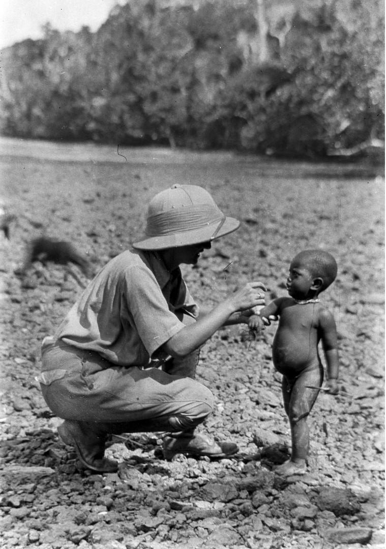 1223. Народность онге. Энджи фон Эйкштедт с малышом