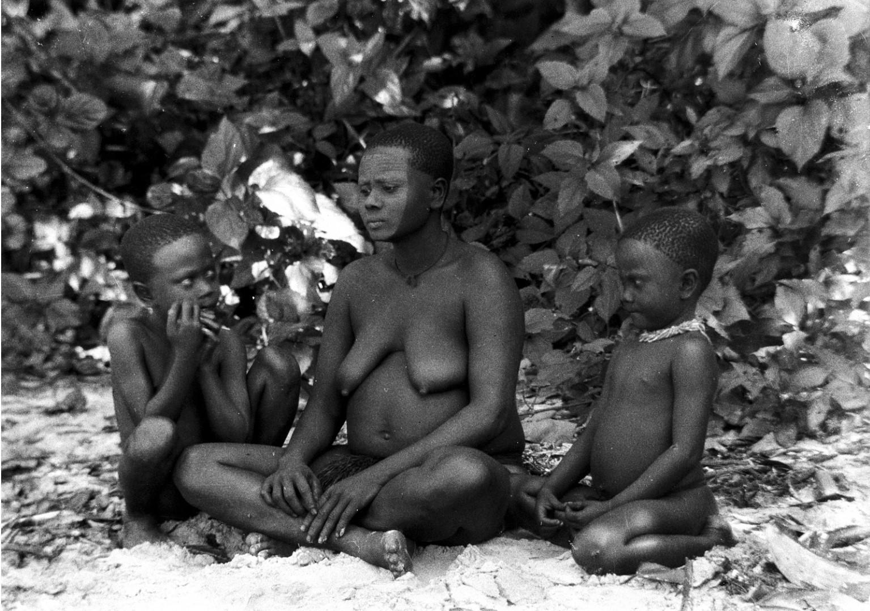 1241. Народность онге. Женщина с детьми