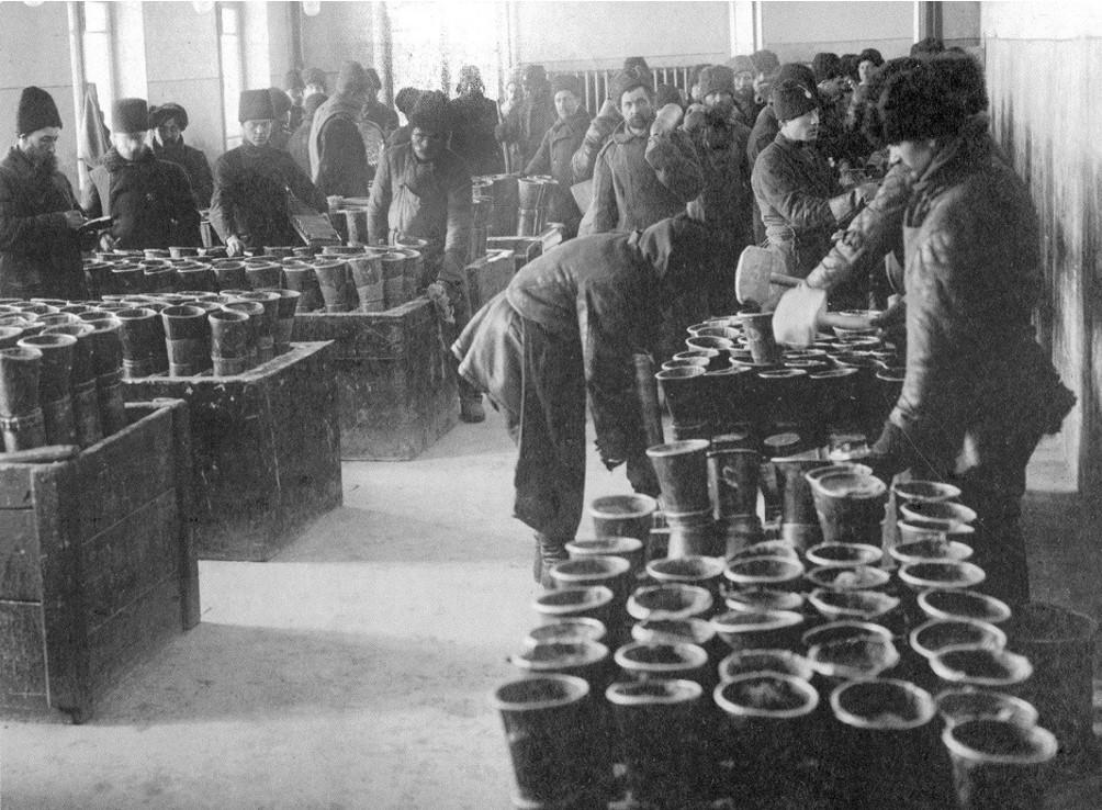 Заливка корпусов снарядов тротилом. 1915