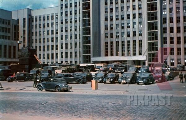 stock-photo-russian-minsk-1941-summer-lenin-square-parking--wehrmacht-cars-trucks-flag-statue-monument-communism-8481.jpg
