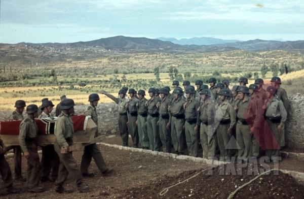 stock-photo-german-afrika-korp-military-funeral-in-tunisia-1942-flag-on-coffin-tropical-uniform-and-helmet-11600.jpg
