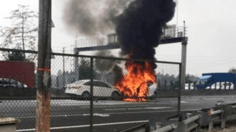 Пассажиры струдом выбралиcь изсгоревшего Model X