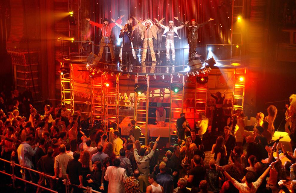Группа Village People исполняет песню YMCA, под которую танцуют посетители клуба Shrine Auditorium в