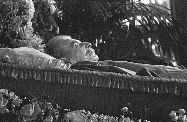 Преемник Ленина скончался 5 марта 1953 года, через четыре дня гроб на орудийном лафете перевезли из
