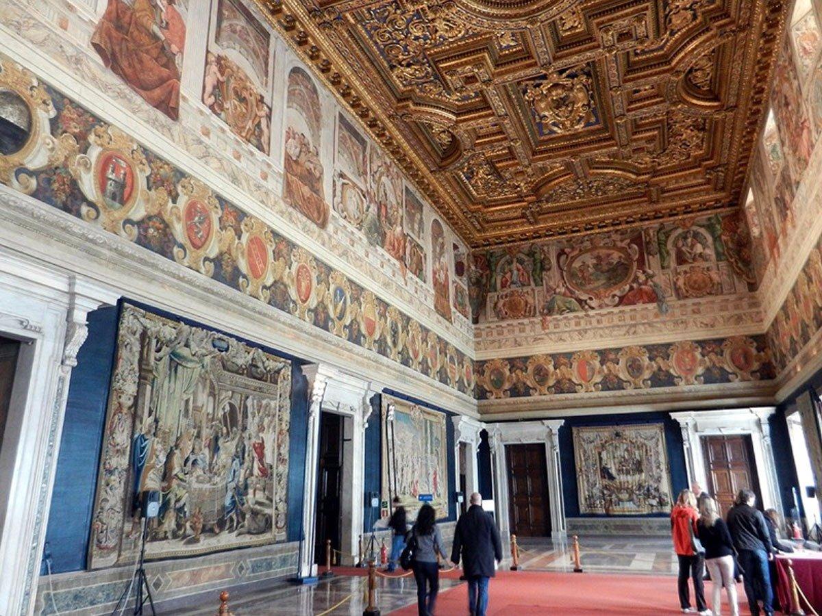 Серджо Маттарелла, президент Италии, открыл для публики дворец XVI века с 1200 комнатами.