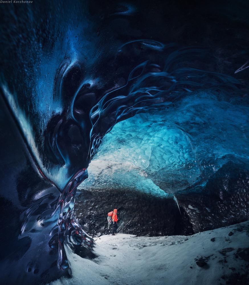 Внутри пещеры совершенно магическая атмосфера: своды голубого льда, длинные ходы и повороты. Ст