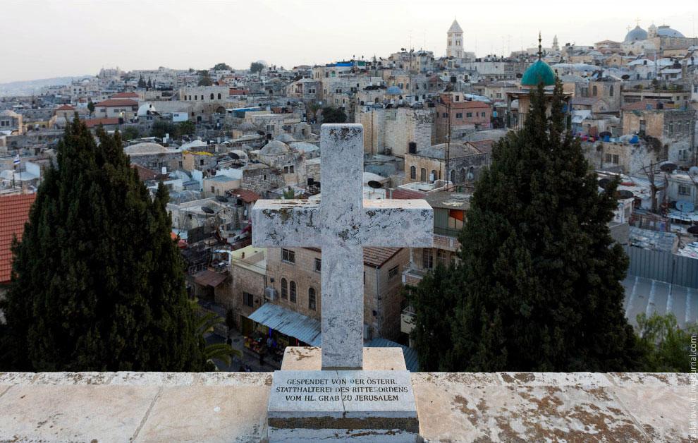 Иерусалим располагается на водоразделе между Средиземным и Мёртвым морями в отрогах Иудейских г