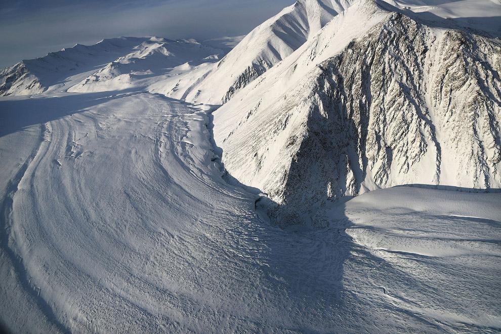 10. Летим над самым северным канадским островом Э?лсмир. На востоке от острова проходит граница