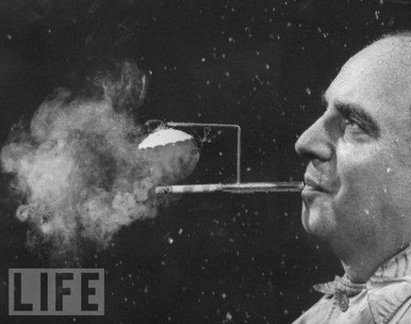 А вот и сам курильщик. Мундштук с дымоотводом.