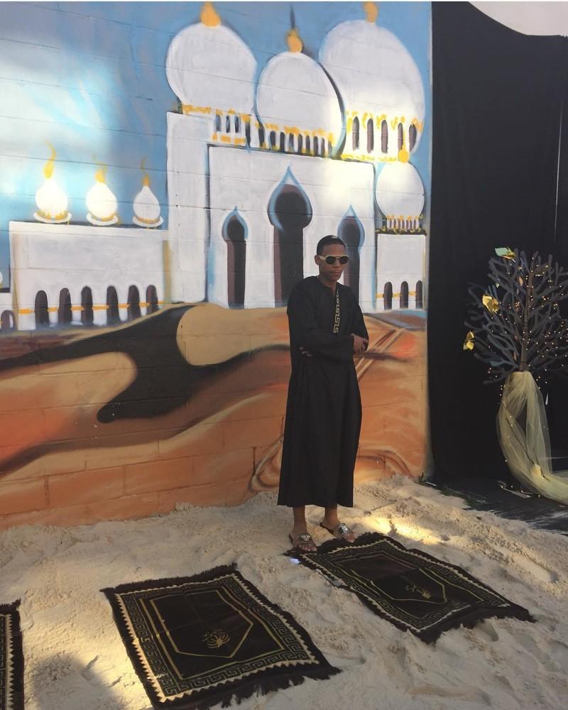 Мама устроила сыну выпускной с «Ламборгини», верблюдом и 3 тоннами песка