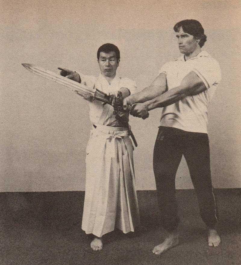 Арнольд Шварценеггер берет уроки фехтования на мечах для роли в фильме «Конан-варвар».