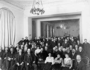 Публика в зале во время выступления артистов по случаю международных воздухоплавательных состязаний