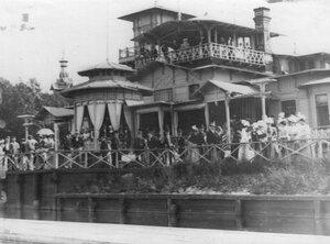 Зрители у здания яхт-клуба