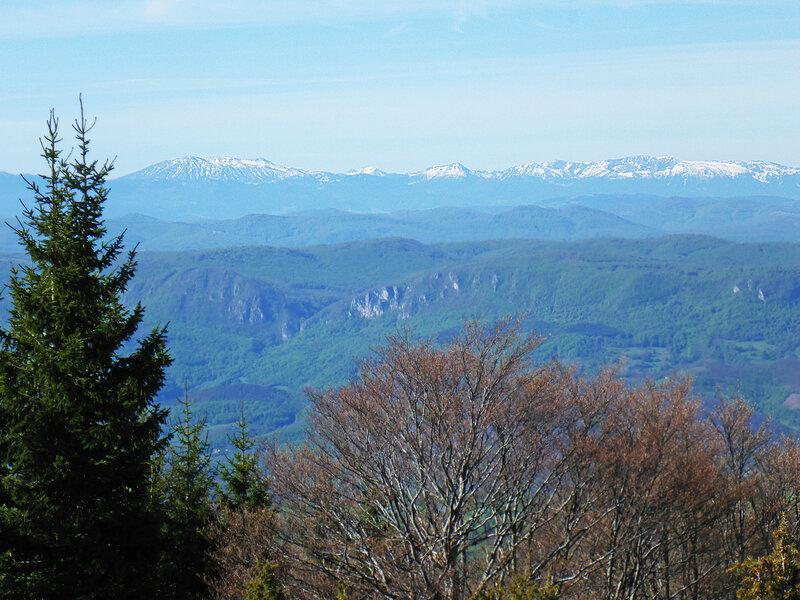 пейзаж на заснеженные вершины горного массива проклетие в парке голия (голиjа)