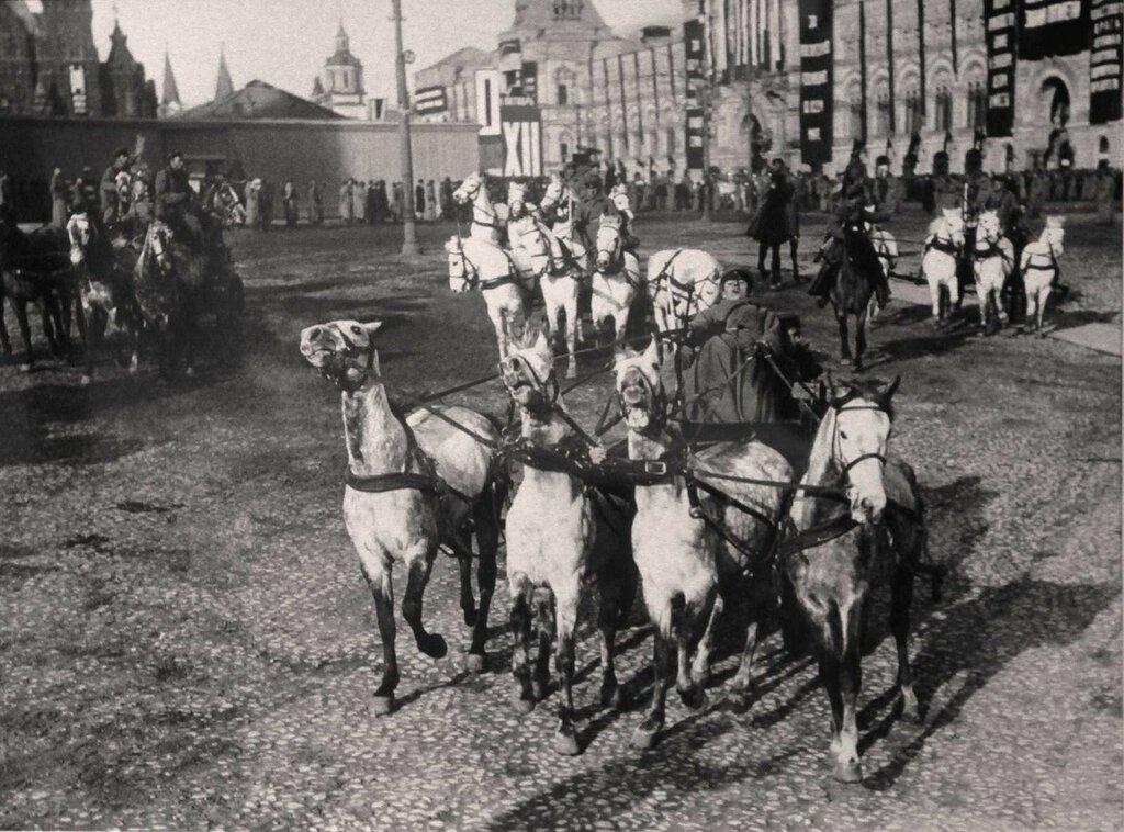 337495 Пулемётные тачанки на Красной площади 1929.jpg