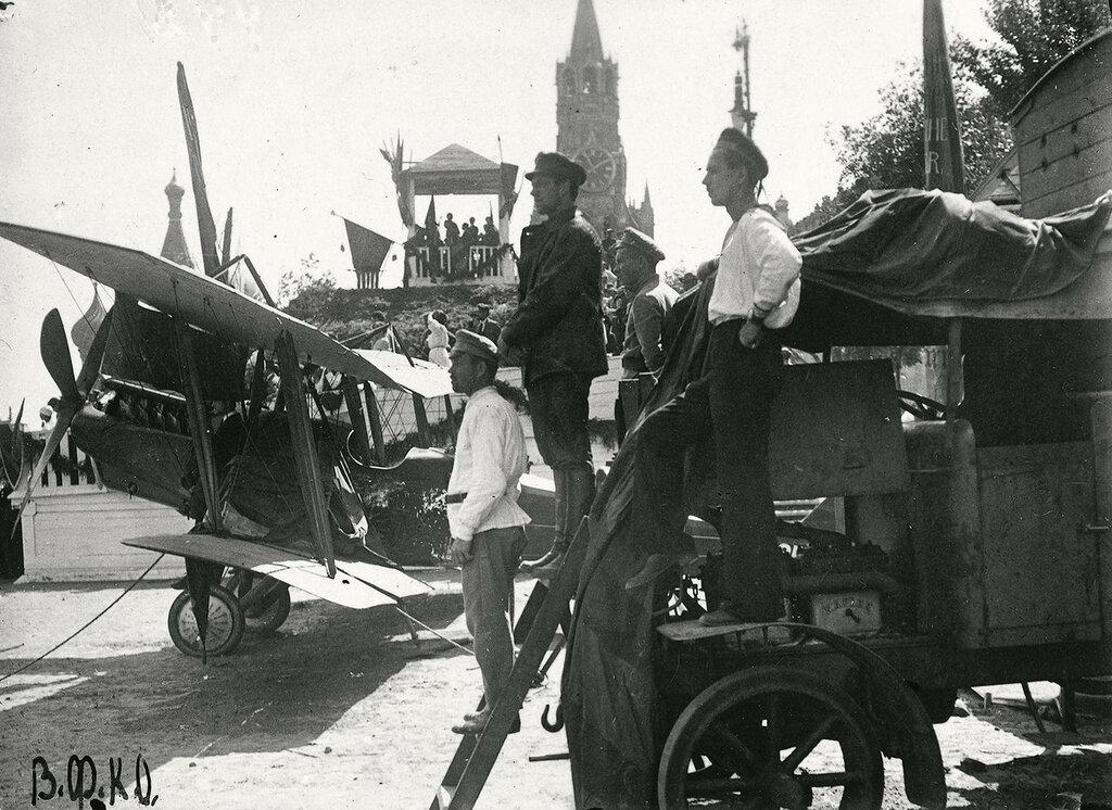 557423 Экспонаты выставки трофеев Гражданской войны. Красная площадь 1920.jpg