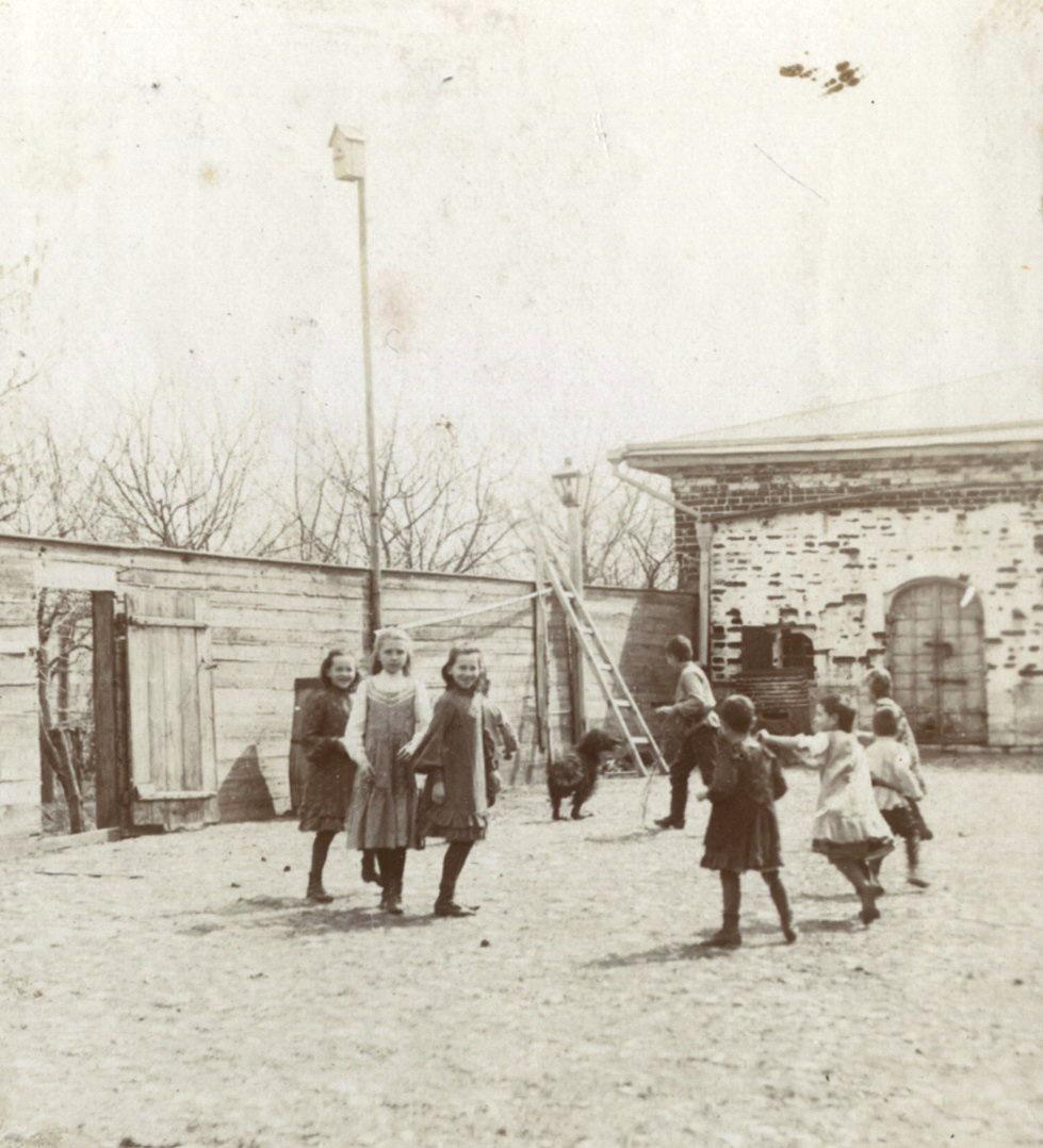 Во дворе дома Мяздриковых. 1906