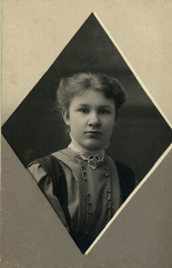 Портрет гимназистки Натальи Молчановой. 1906-1908
