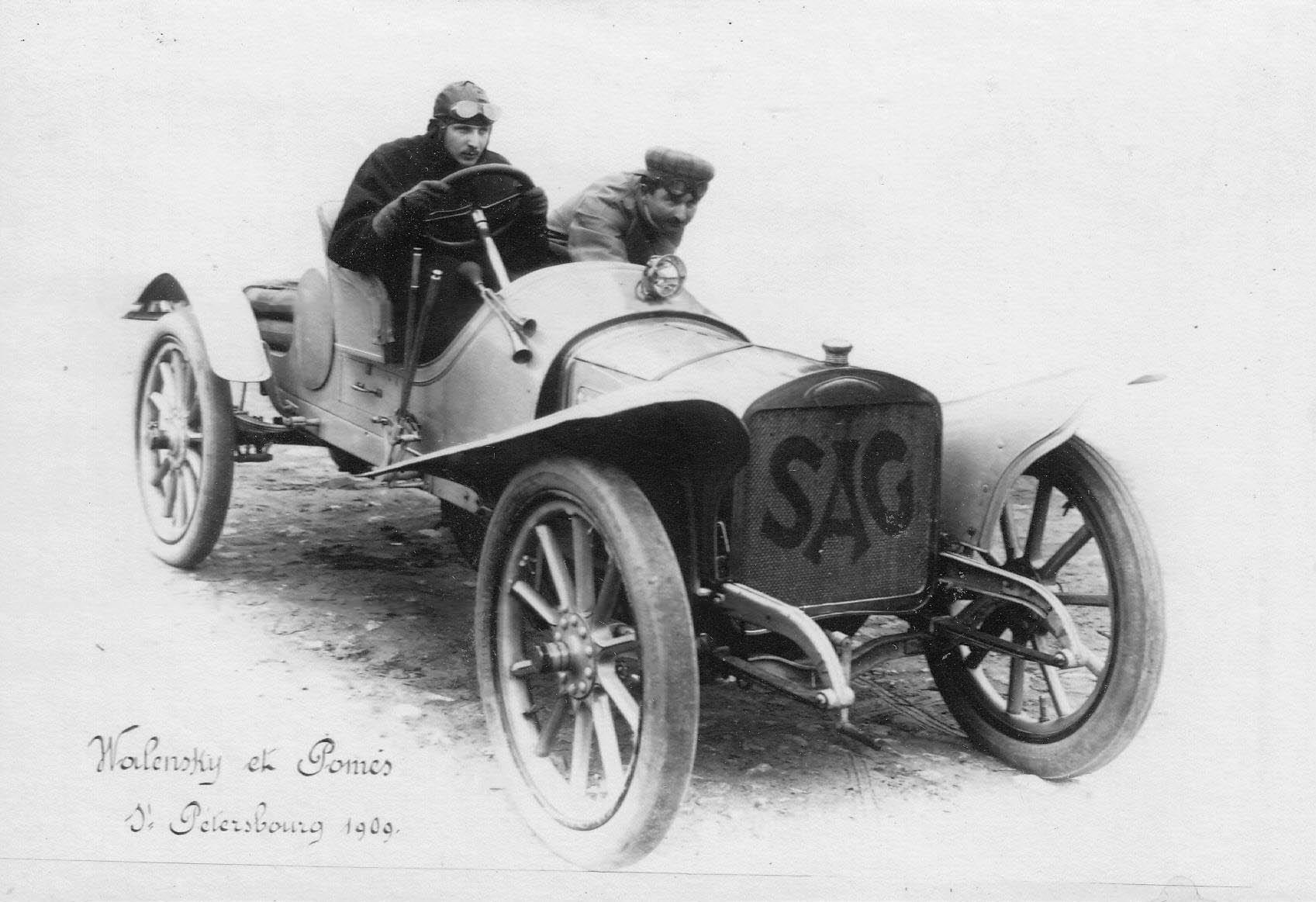 17. Скоростной автомобиль итальянской фирмы SA c двумя гонщиками после пробега