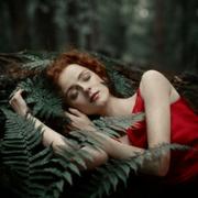 спящая в лесу девушка