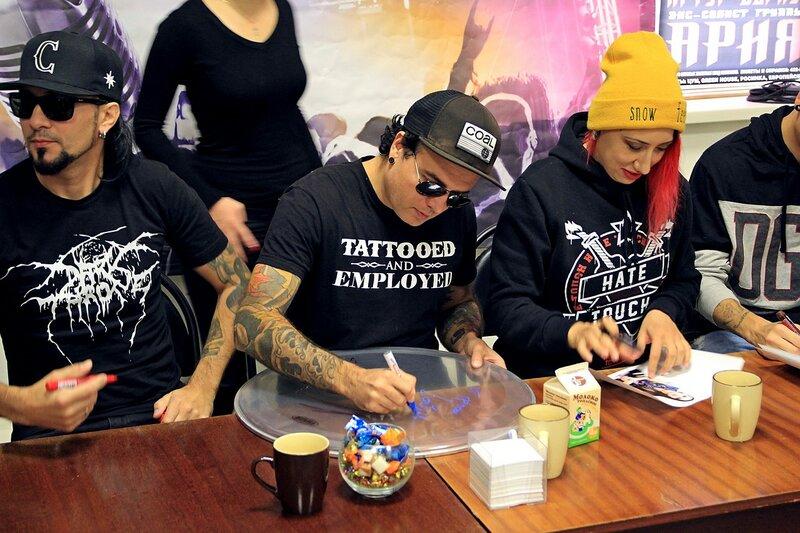 автограф-сессия Louna в школе рока Rock Stars School в Кирове 7 октября 2015