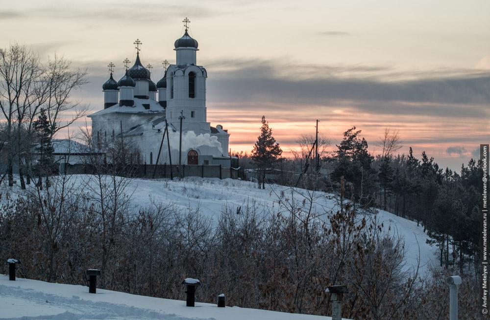 Зимние фотографии Каменска-Уральского, монастырь на горе во время рассвета