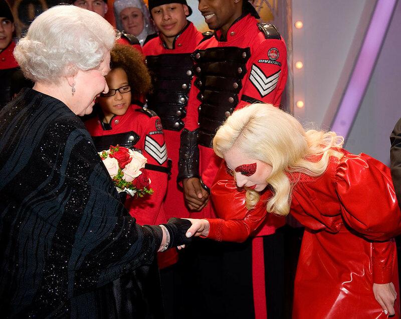7 декабря 2009 года. С Певицей Леди Гага на благотворительном концерте Royal Variety Performance в городе Блэкпул на северо-западе Англии.