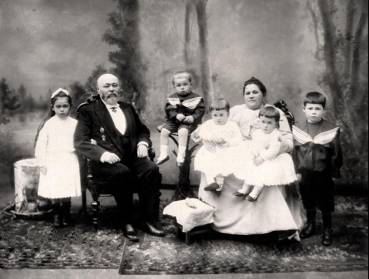 1903. Потомственный почетный гражданин, петербургский купец 2 гильдии Семенов С.Т. с семьей