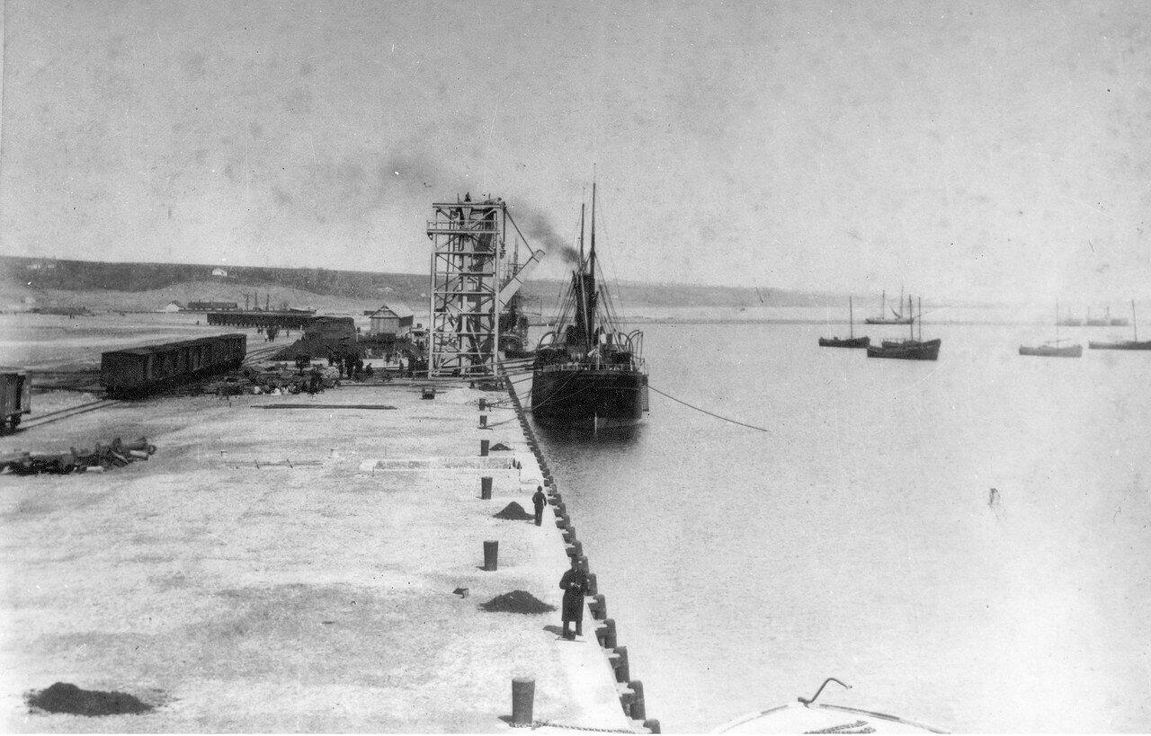 Первый пароход в новом порту