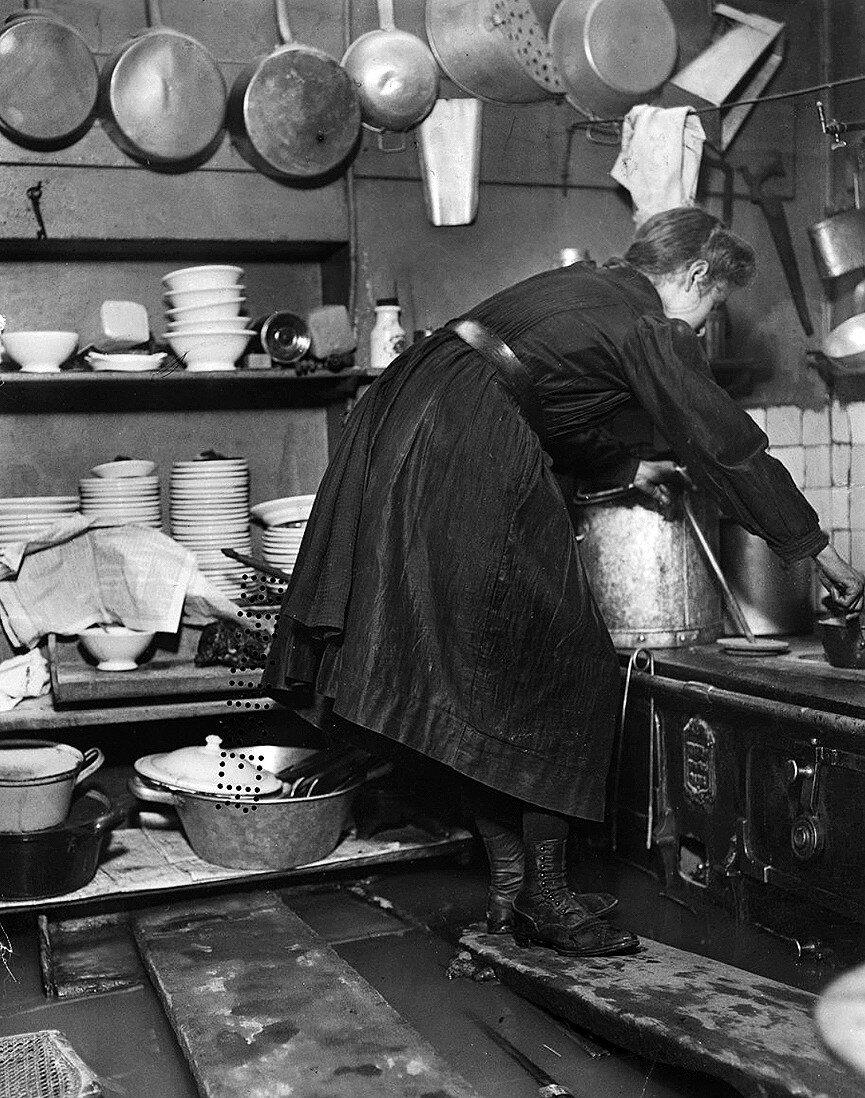 1910. Приготовление пищи во время наводнения. Рю Фелисьен Давид