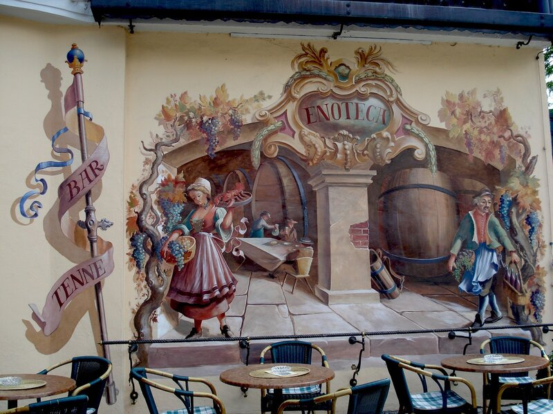 Старинная роспись стены кафе