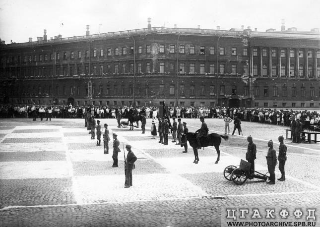 Начало игры в «живые шахматы» на площади Урицкого 20 июля 1924.jpg