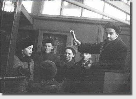 Март 1951 г. День птиц. В Московском зоопарке. Мень справа.