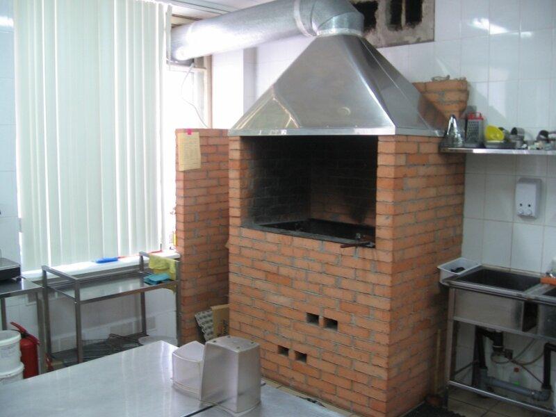 Дизайн кухни с угольной печью